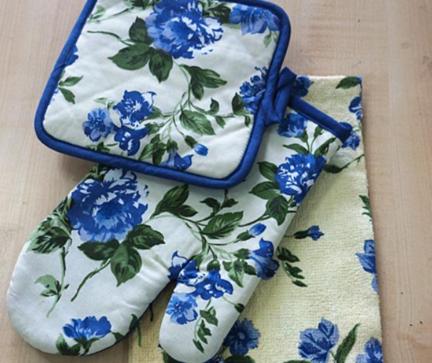 Three-piece kitchen gloves and pot holder